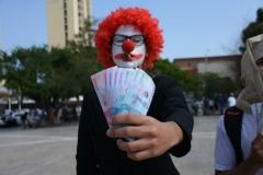20180227.-Payaso-quemando-billetes-con-puro